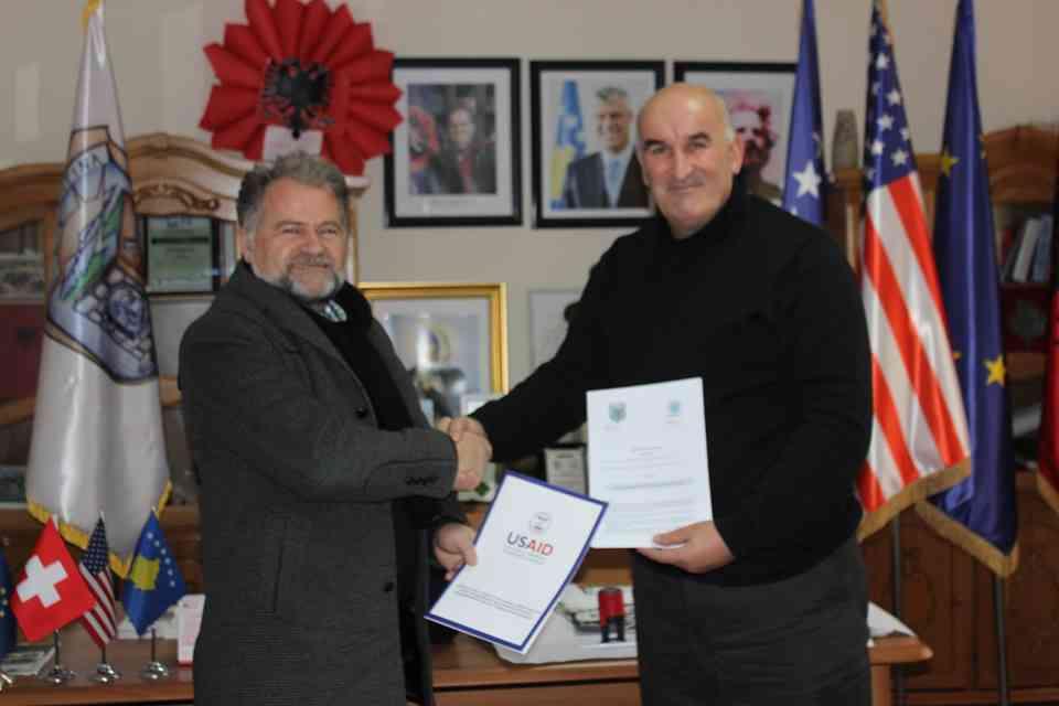 Vitia dhe USAID-i nënshkruajnë marrëveshje për kultivimin e vishnjës