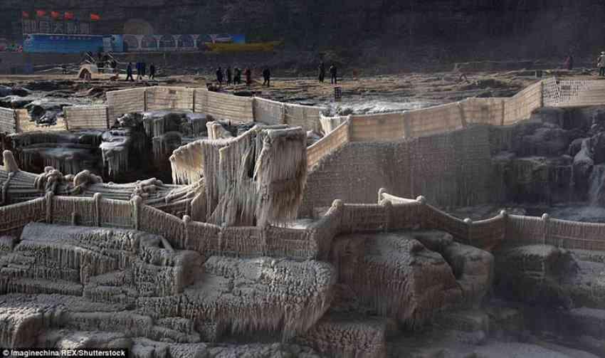 """""""Ujëvara e ngrirë"""" temperaturat e ulëta dhurojnë spektakël në Kinë"""