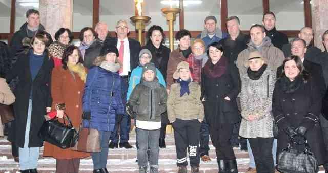 """Familja Mala dhe Berisha, ndezin flakadanin e """"Flakës…"""""""