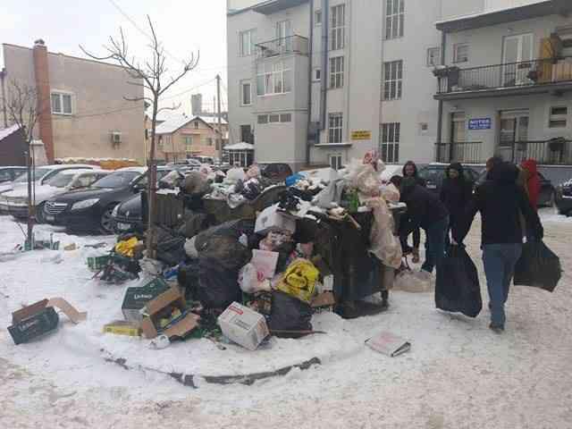 Vetëvendosje ia dërgon mbeturinat kryetarit të komunës para zyrës së tij