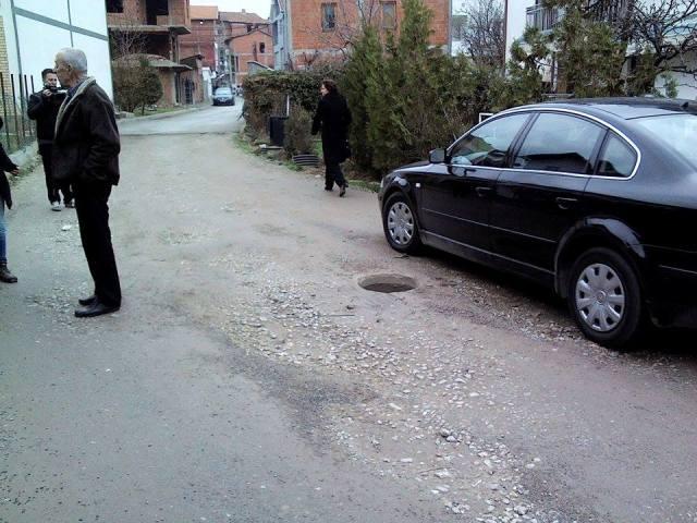 """Rruga e pashtruar me gropa dhe puseta e hapur shqetësojnë banorët e rrugës  """"Avdulla Presheva"""""""