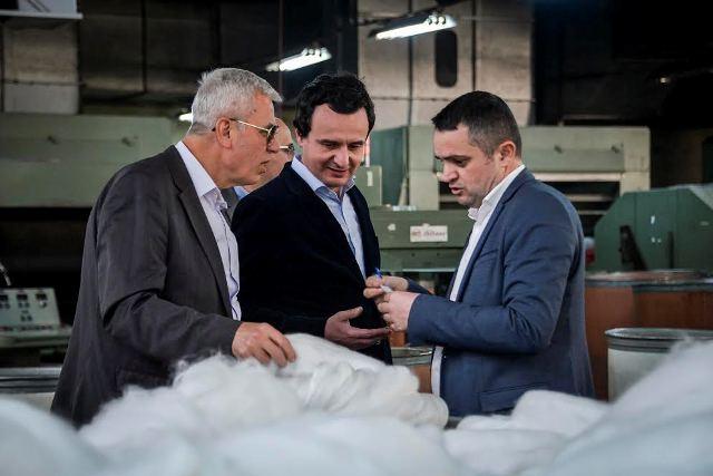 """Një delegacion i Vetëvendosjes vizitë në Fabrikën """"Integj"""" në Gjilan"""