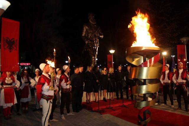 """Me ndezjen e flakadanit në qendër të qytetit hapët manifestimi tradiciona """"Flakadani i Karadakut"""""""