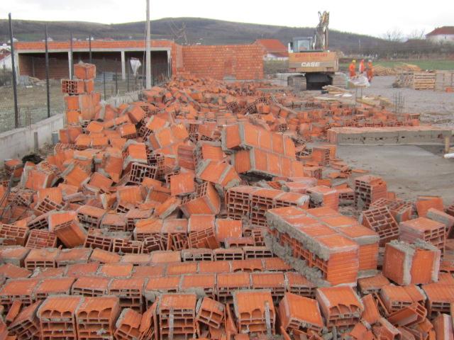 Inspeksioni i Ndërtimit rrënon objektin pa leje në rrugën për Bujanoc