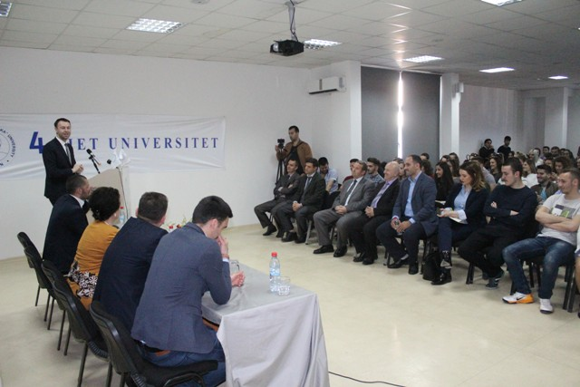 Ministri Abrashi debaton me të rinjtë e Gjilanit