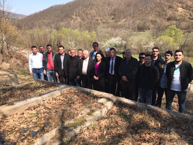 Homazhe në varrezat e martirëve të Grykës së Karadakut