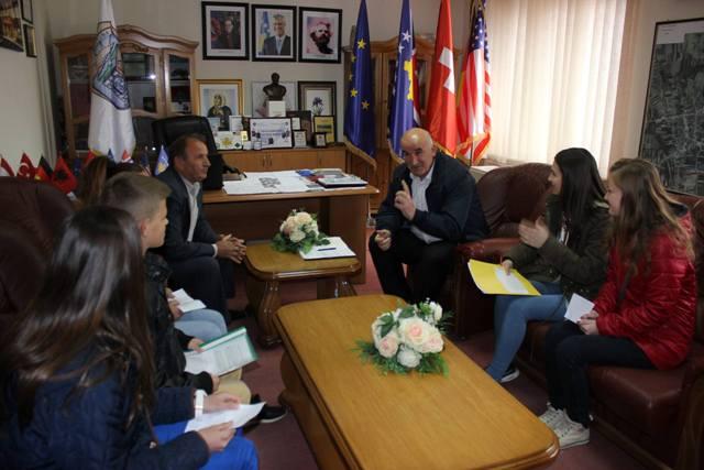 """Kryetari i Vitisë priti në takim drejtorin dhe nxënësit e shkollës """"Nijazi Rexhepi"""""""