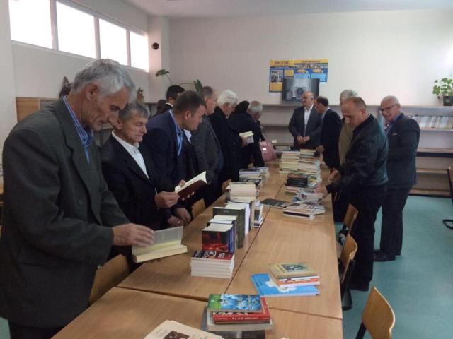 """Bibliotekës së shkollës """"Dëshmoret e Vitisë"""" i dhurohen libra"""