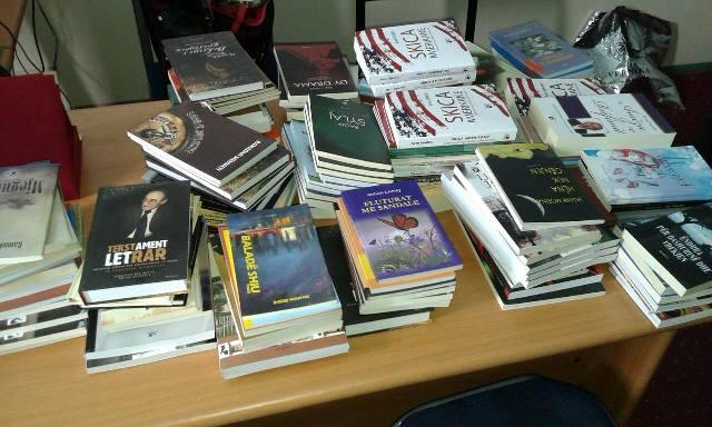 """Shtëpia botuese """"Rozafa"""" i dhuron shkollës Dëshmorët e Vitisë"""" 200 ekzemplarë librash"""