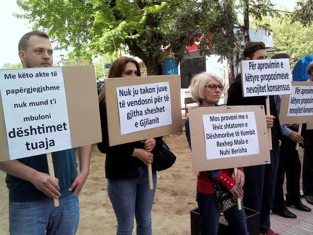 """Kuvendarët gjilanas """"befasohen"""" në hyrje nga dy lloj protestuesish!"""