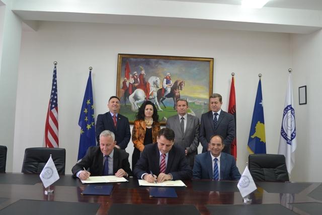 """U nënshkrua marrëveshje bashkëpunimi mes Universitetit """"Kadri Zeka"""" dhe Këshillit Kombëtar Shqiptar"""