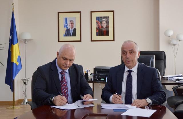 Ministria e Infrastrukturës financon projektin për asfaltimin e rrugëve lokale në Kllokot