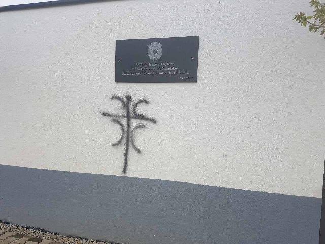 """Në Cërnicë njolloset sfondi ku u vu ditë më parë pllaka """"Shtëpia bazë e UÇK-së"""""""