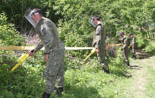 Njësitë EOD të FSK-së dhe KFOR-it në mënyrë të sigurt bëjnë tërheqjen e mjetit shpërthyes