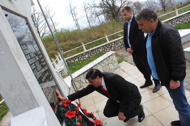 Haziri nderon martirët e Llovcës, kërkon zbardhjen e masakrës