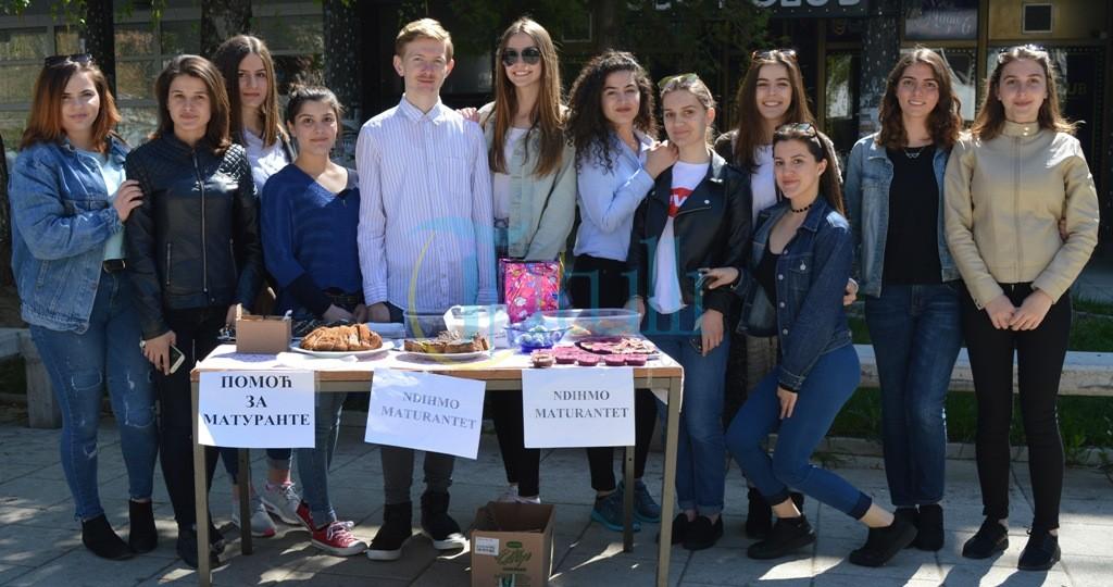 Nxënësit e shkollës aksion humanitar për maturantët