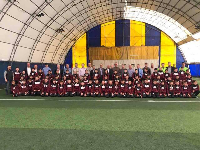 """Bëhet shpërndarja e seteve sportive për nxënësit e shkollës së futbollit """"GS. Gjilan"""""""