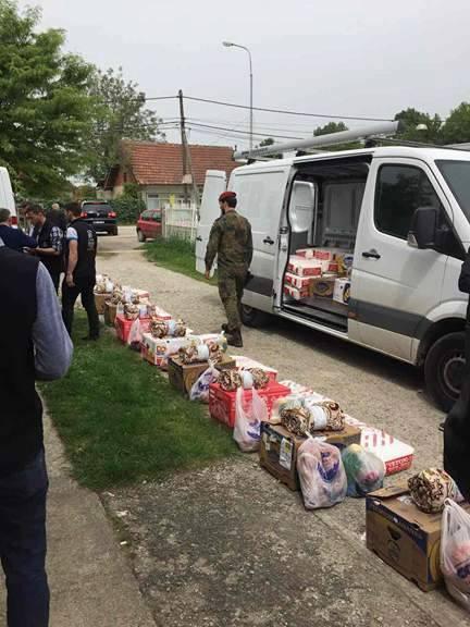 """KFOR-i Gjerman dhe """"Jetimat e Ballkanit"""" ndihmojnë familjet skamnore me pako ushqimore"""