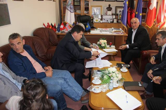 Nënshkruhet marrëveshja për realizimin e projektit për ndërrim të gypit kryesor të ujësjellësit nga Letnica në Viti