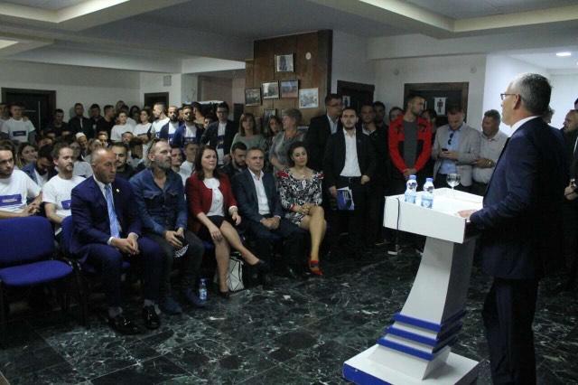 100 të rinjë i bashkohen AAK-së në Gjilan