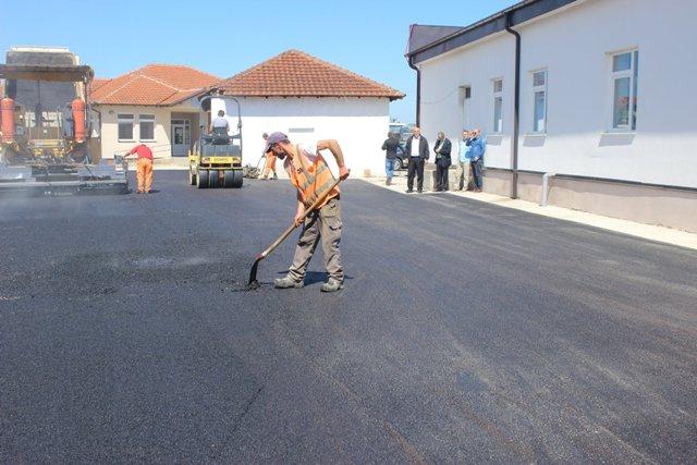 Fillojnë punimet në asfaltimin e parkingut në oborrin e QKMF-së në Viti