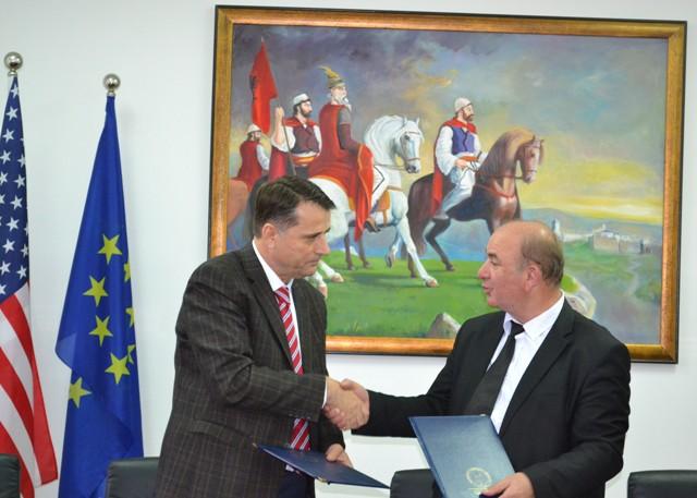 """Universiteti """"Kadri Zeka"""" dhe Shoqata e Miqësisë Franko-Shqiptare nënshkruajnë marrëveshje bashkëpunimi"""