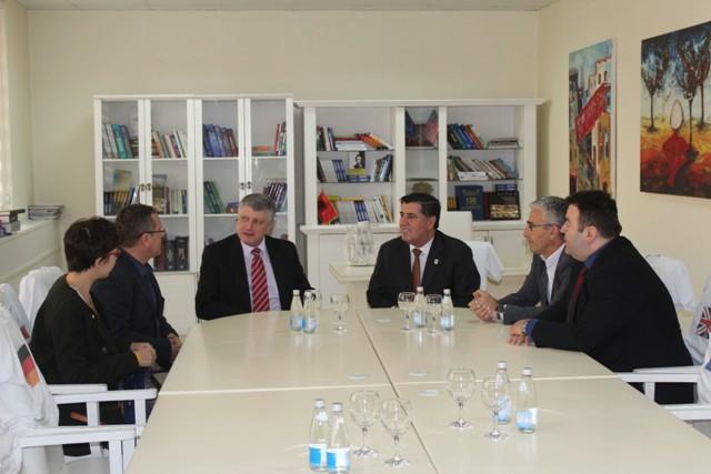 Ambasadori i Francës e vlerëson Gjilanin si shembull të zhvillimit ekonomik