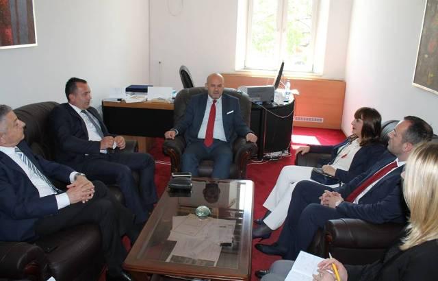 Zëvendësministri Sadiku bisedon me zyrtarët e shëndetësisë së Malit të Zi për bashkëpunimin në shëndetësi