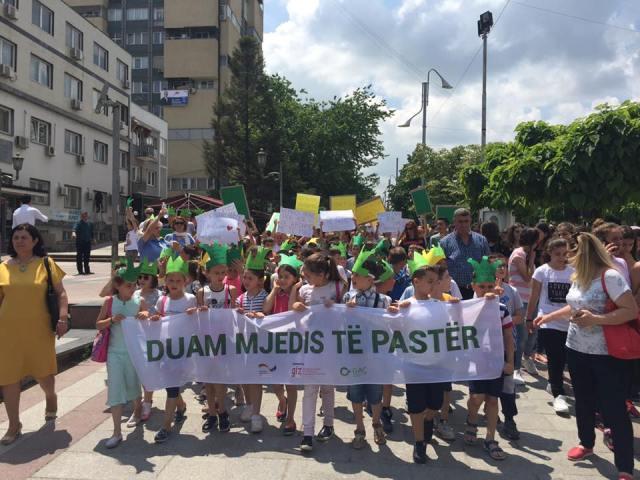 Të rinjtë e Kosovës protestojnë për një ambient sa më të pastër