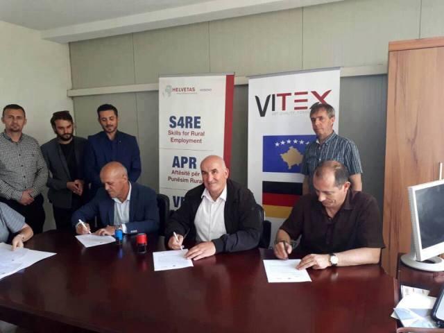"""Nënshkruhet kontrata për trajnimin e 150 punëtorëve në """"Vitex"""""""