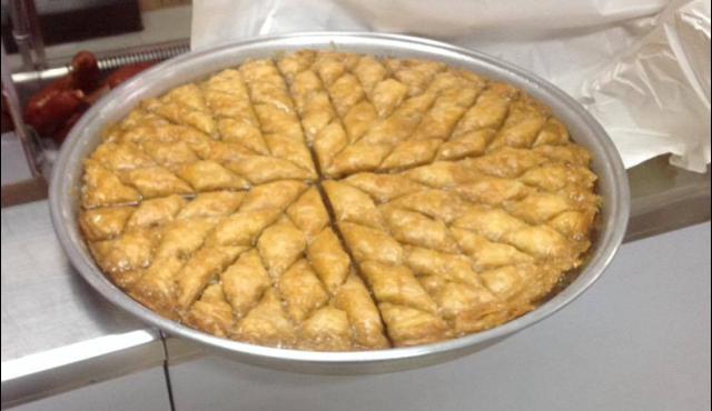 IQZH-ja, për 20 familje, shpërndau mish, bakllavë dhe pije freskuese