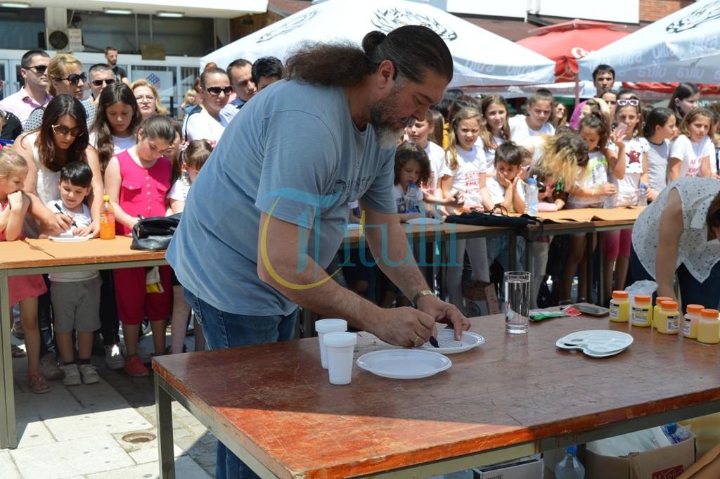 Xhaxhi piktor nga Tirana gëzon fëmijët me vizatime në Bujanoc