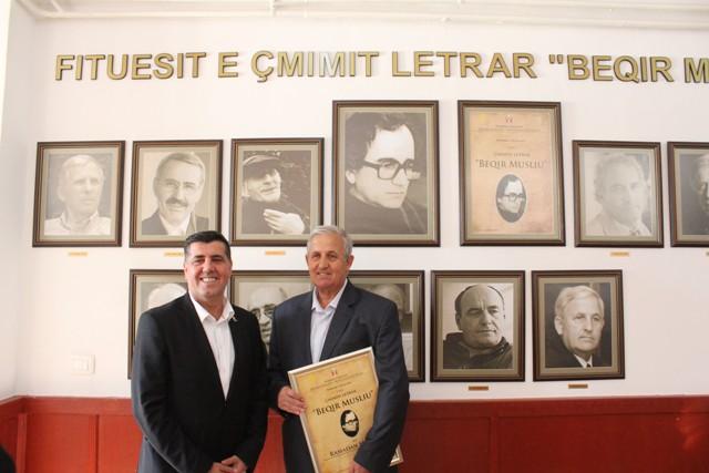 """Në foajenë e teatrit të Gjilanit shfaqet """"Këndi i Beqir Musliut"""" me laureatët e çmimit letrar"""