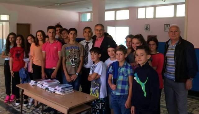"""Shkrimtari nga Presheva dhuron 70 tituj librash shkollës """"Migjeni"""" në fshatin Caravajkë"""