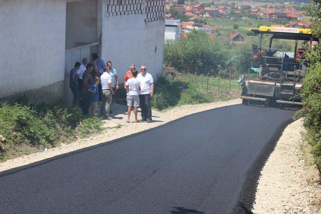 """Në fshatin Smirë të Komunës së Vitisë asfaltohet rruga """"Raif Ramdani"""""""