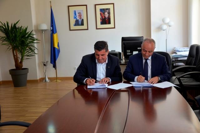 Zharku dhe Haziri nënshkruajnë memorandum mirëkuptimi, për financimin e projekteve infrastrukturore