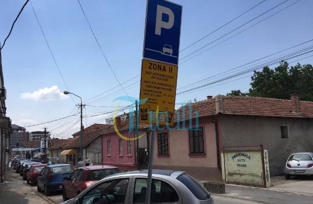 Bujanoci pa parkingje të mjaftueshme për vetura