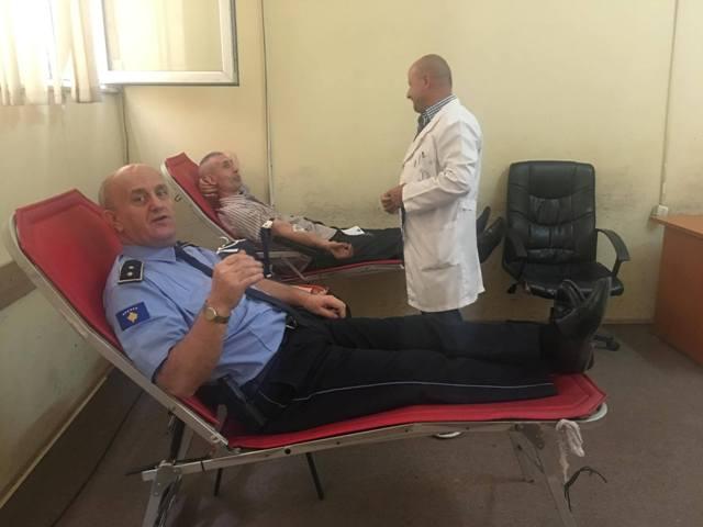 Policët dhurojnë gjak, shpërfaqin edhe në këtë mënyrë humanitetin e tyre