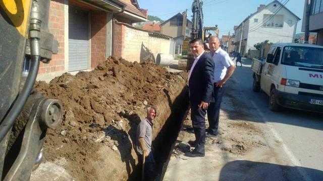 Haziri viziton punimet infrastrukturore në Zhegër, paralajmëron gurthemelin e palestres së sporteve