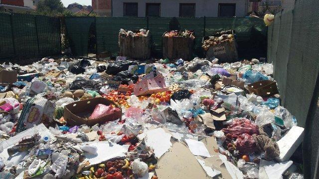 Mbeturinat mbulojnë qytetin, Korça bën fajtor OSHP-në