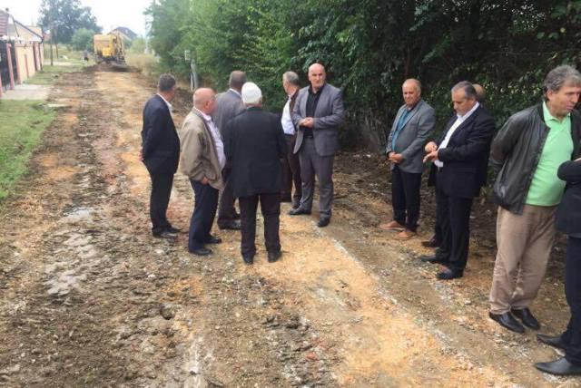 """Në Pozheran fillojnë punimet në asfaltimin e rrugës """"Rexhep Pira"""""""