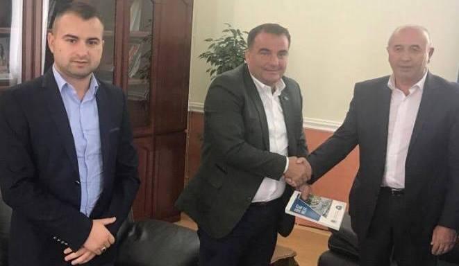 Kryesuesi Pira takohet me kryetarin e Bashkisë së Kavajës, Isa Sakja