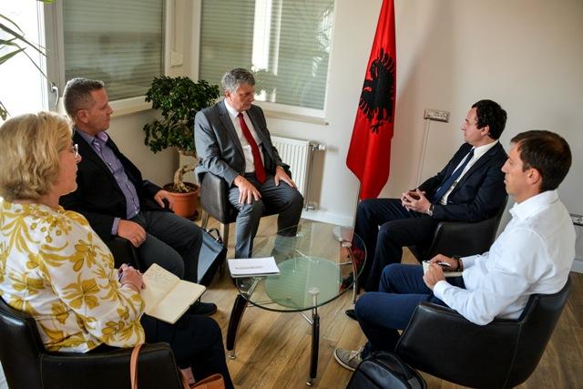 Albin Kurti e Dardan Sejdiu takohen me ambasadorin Didier Chabert