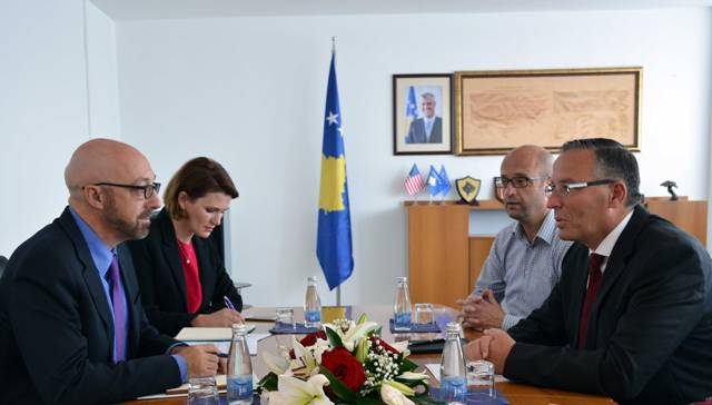 Ministri Bedri Hamza takon shefin e Bankës Botërore në Kosovë Marco Mantovanelli