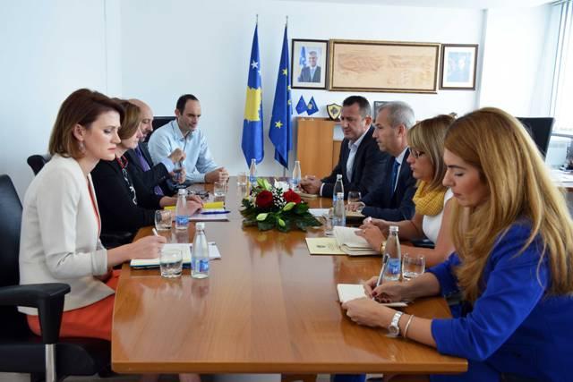 Ministri Krasniqi takon drejtoreshën Rajonale të Bankës Botërore Linda Van Gelder