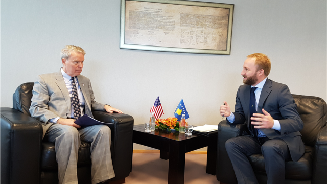 Ministri Tahiri priti në takim ambasadorin e SHBA-së, Greg Delawie