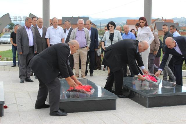 Homazhe tek varrezat e dëshmorëve në Viti në përvjetorin e dëshmorëve Jeton dhe Naser Rama