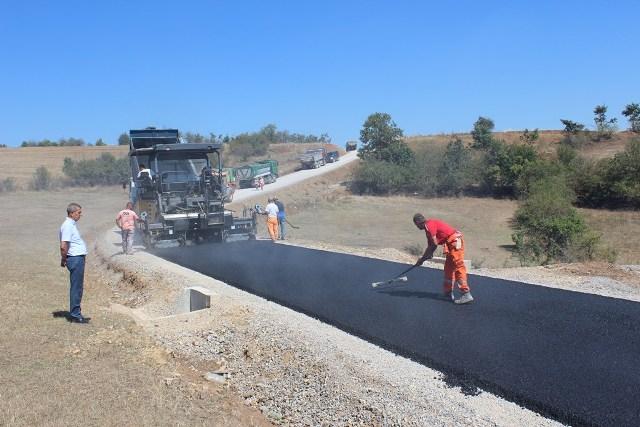 Gjilani asfalton rrugën tre kilometërshe Gumnishtë-Livoç i Epërm