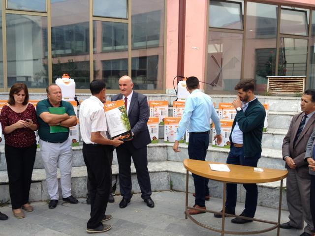 U shpërndan makina spërkatëse për 20 fermerë të komunës së Vitisë