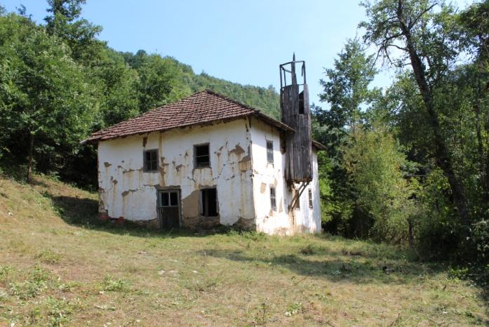 Xhamia në Meshinë dhe në Vryqec të Komunës së Kamenicës pastrohem nga bimësia